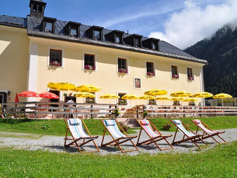 Der Biergarten im Alpengasthof Lüsens