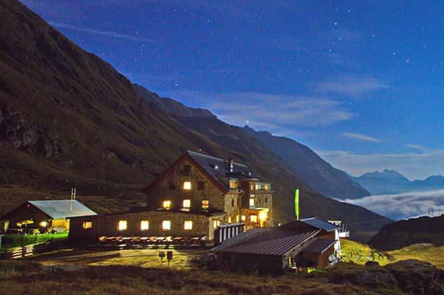 Die Franz Senn Hütte bei Nacht